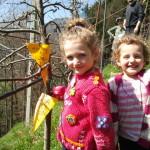 Anna e Lucia entusiaste nel frutteto con i loro meli adottati